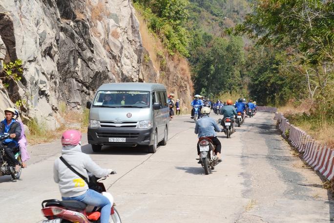 Du khách nên chọn xe ôm có gắn thẻ hoặc xe ô tô của BQL lên núi Cấm để tránh bị chặt chém