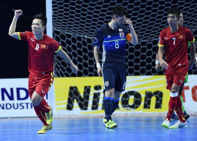 Văn Vũ (11) ghi 2 bàn, góp công lớn vào cơn địa chấn mang tên Việt Nam