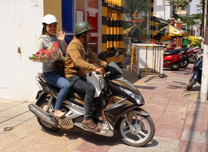 Chị Hà cùng người thân đi xe máy từ Quy Nhơn vào Khánh Hòa nhận giải