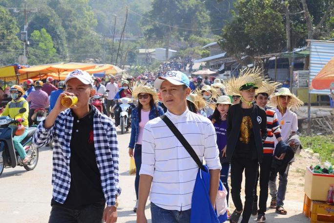 Rất đông du khách có mặt rất sớm tại khu vực trung tâm hành hương núi Cấm để viếng những ngôi chùa nổi tiếng hoặc ngắm cảnh.