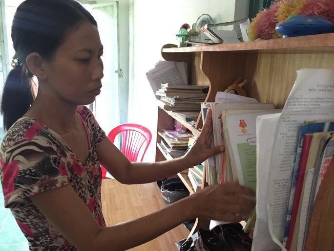 Chị Tú nghẹn ngào khi sắp xếp lại đống sách mà Tâm từng học.