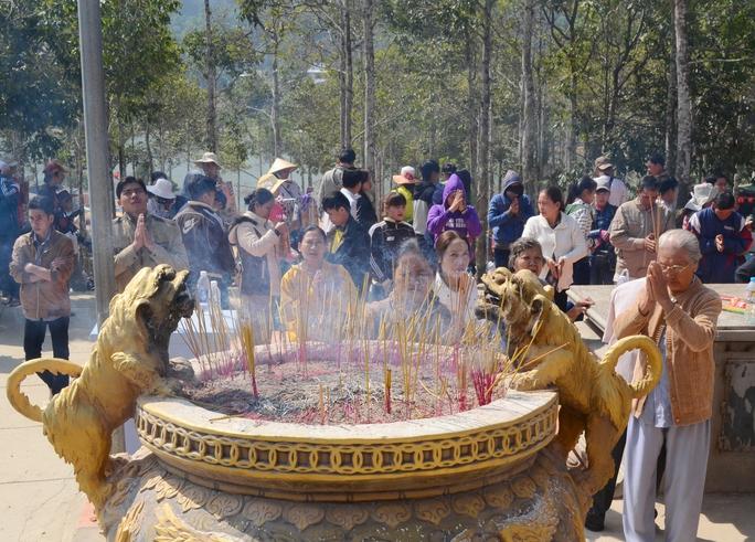 Phần lớn du khách đến với núi Cấm là để cầu mong cho gia đình gặp nhiều may mắn trong năm mới