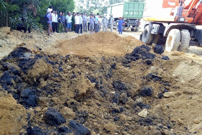 Lực lượng chức năng tiến hành cất bốc di dời số chất thải tại trang trại của ông Lê Quang Hòa - Ảnh: Dũng Nguyễn