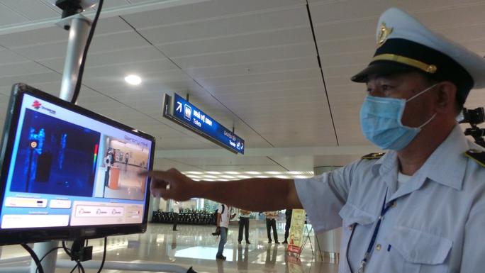 Tăng cường giám sát thân nhiệt hành khách nhập cảnh tại sân bay quốc tế Tân Sơn Nhất (TP HCM) Ảnh: NGUYỄN THẠNH