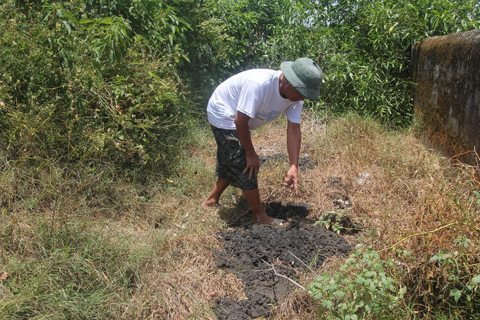 Đào xuống đất phát hiện lớp bùn đen dày hàng mét.