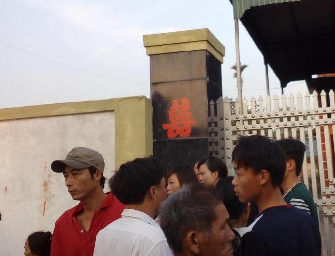 Rất đông người tập trung tại hiện trường vụ cháy - Ảnh: Xuân Bảy