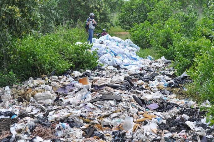 Bãi rác thải đổ trộm tại KCN Lộc An - Bình Sơn (xã Lộc An, huyện Long Thành, tỉnh Đồng Nai)
