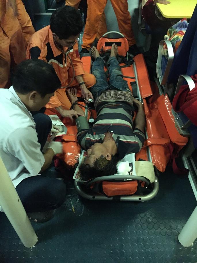 Thuyền viên Nguyễn Trung được đưa vào bờ an toàn sau khi bị nạn