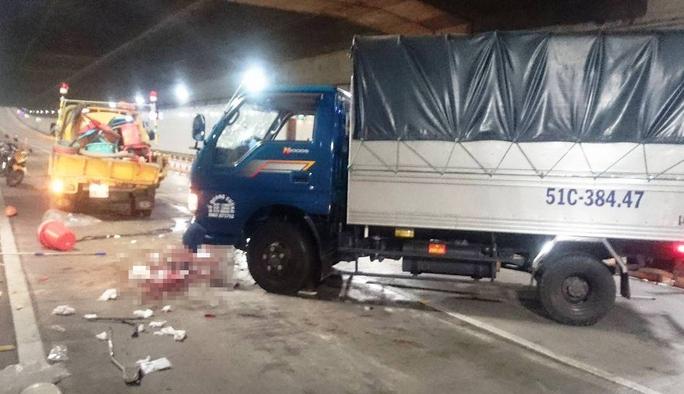 Chiếc xe tải quay ngang trên làn ô tô, biến dạng phần đầu sau cú tông mạnh.