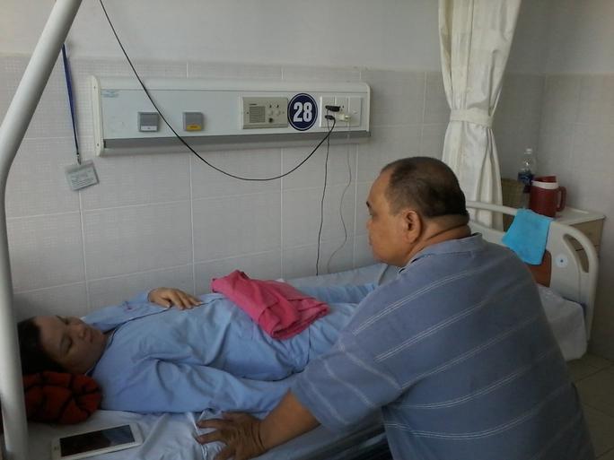 Anh Lành đang chăm sóc chị Phương tại BV Đa khoa TP Cần Thơ