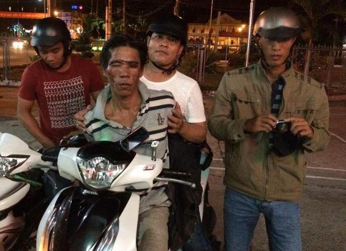 Hiệp sĩ Trần Phước Lộc (bìa trái) là người phi thân về phía chiếc SH để khống chế gã trộm