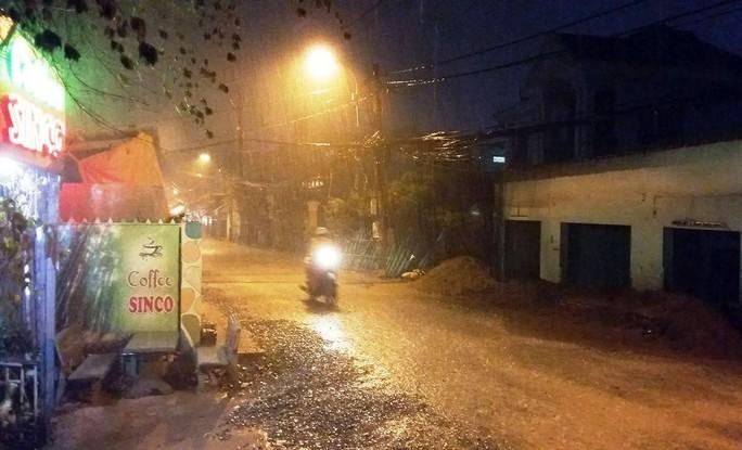 Đường Hồ Học Lãm, quận Bình Tân mưa khá to.
