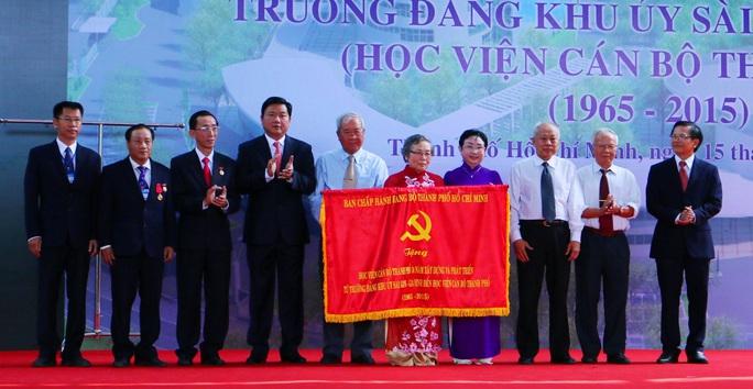 Bí thư Thành ủy Đinh La Thăng trao cờ thi đua cho Học viện Cán bộ TP HCM nhân kỷ niệm 50 năm ngày thành lập trường