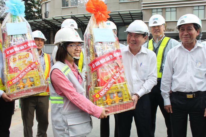 Chủ tịch UBND TP HCM Nguyễn Thành Phong tặng quà và chúc Tết cán bộ, kỹ sư, công nhân thi công tuyến metro số 1