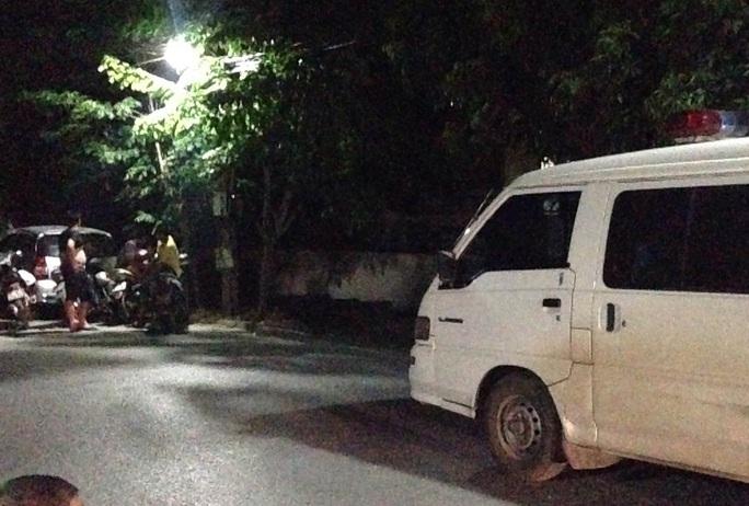 Lực lượng chức năng tổ chức khám nghiệm tử thi nạn nhân bị chém chết trong đêm ngày 2-6 - Ảnh: Đô Lương
