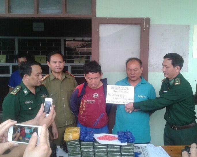 Hai đối tượng người Lào và số ma túy tang vật. Ảnh: Hải Thượng