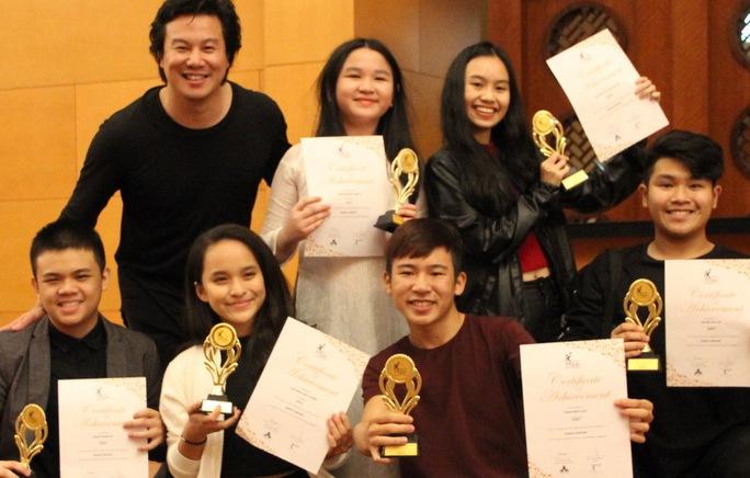Các thành viên Soul Club đoạt giải vàng tại Liên hoan Nghệ thuật châu Á lần 4 ở Singapore cùng với ca sĩ - nhạc sĩ Thanh Bùi. Ảnh: Huyền Nguyễn