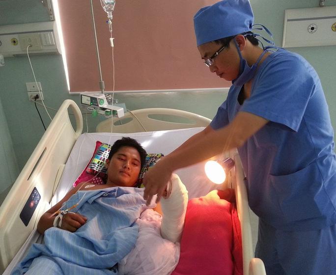 Các bác sỹ phẫu thuật nối thành công bàn tay đứt lìa cho bệnh nhân Phạm Ngọc Anh