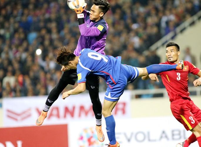 Đình Luật (3) là một trong những trung vệ hay nhất tuyển Việt Nam hiện nay nhưng anh có nguy cơ vắng mặt vì phạm lỗi thô bạo tại V-League