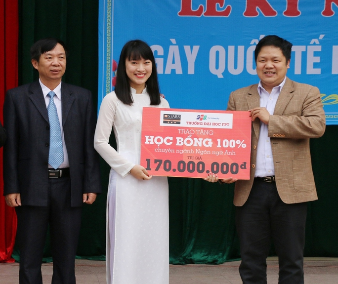Đại diện Trường Đại học FPT trao học bổng cho em Trần Khánh Vy