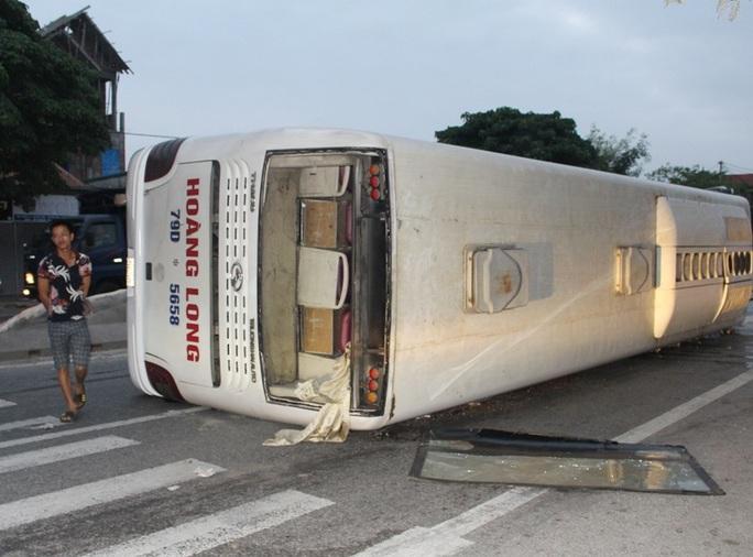 Xe khách lật chắn ngang đường