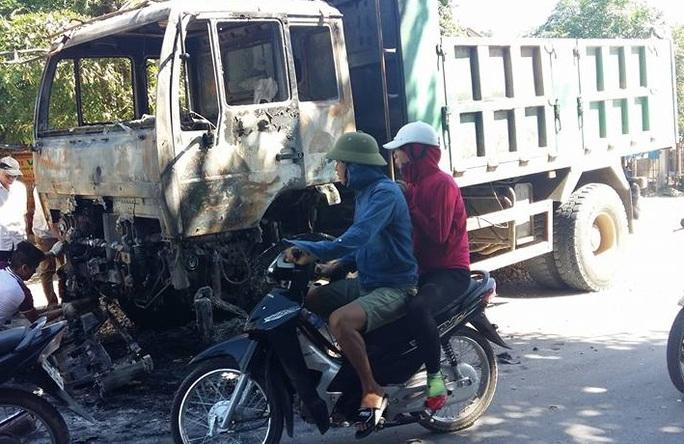Phần đầu xe bị lửa thiêu rụi