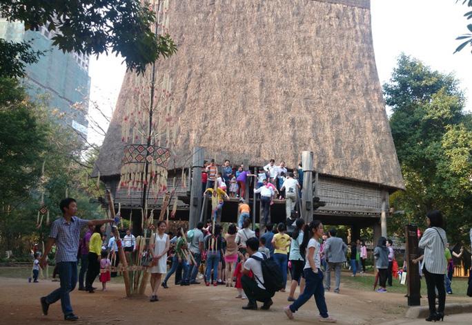 Hàng ngàn du khách đến với Bảo tàng Dân tộc học trong 2 ngày 13, 14-2. Ảnh: Du khách tập trung đông ở khu nhà rông của người Giarai (Tây Nguyên)