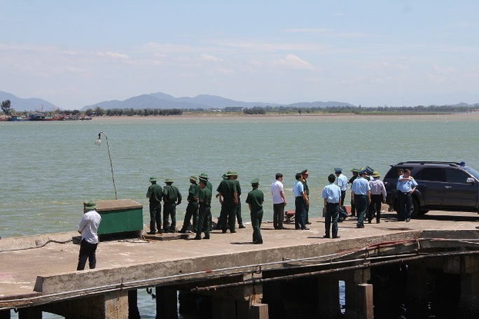 Lực lượng chức năng ở cầu cảng Cửa Hội