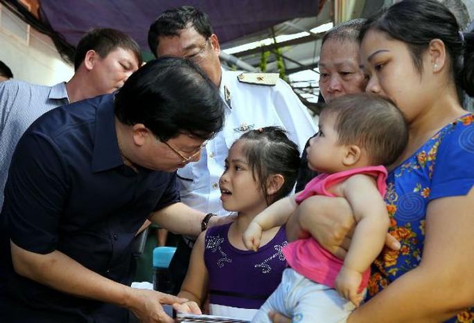 Phó Thủ tướng Trịnh Đình Dũng thăm hỏi con của quân nhân Nguyễn Bá Thế - Ảnh: Xuân Tuyến