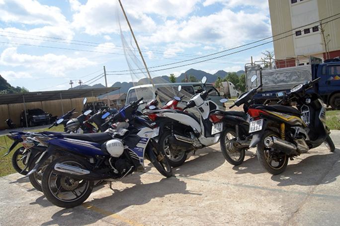 Cơ quan Công an huyện Minh Hóa tạm giữ phương tiện của các đối tượng