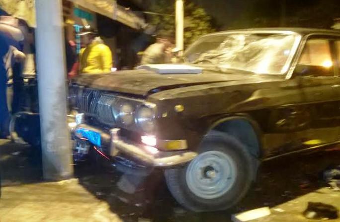 Do bỏ chạy và tiếp tục gây tai nạn khiến 3 người bị thương nên khi chiếc xe dừng lại, người dân đã xông vào đánh tài xế tơi bời