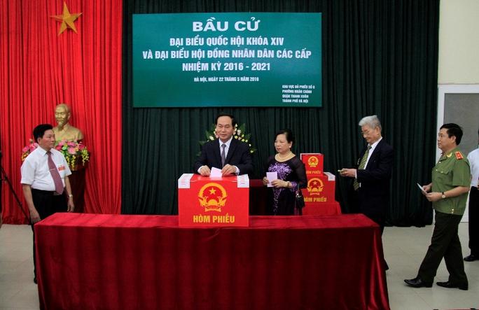 Chủ tịch nước Trần Đại Quang bỏ phiếu bầu cử - Ảnh: Phương Nhung