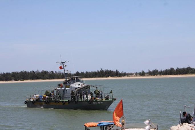 Tàu Biên phòng đưa thiếu tá Cường về bờ