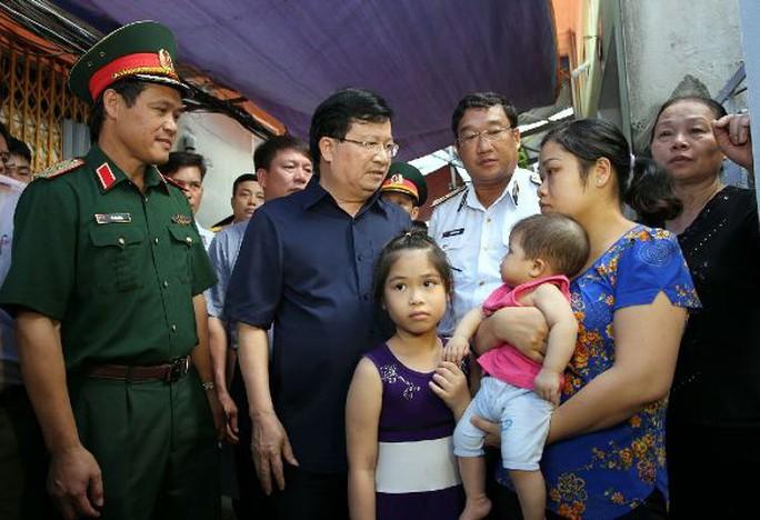 Phó Thủ tướng Trịnh Đình Dũng thăm, động viên gia đình quân nhân Nguyễn Bá Thế - Ảnh: Xuân Tuyến