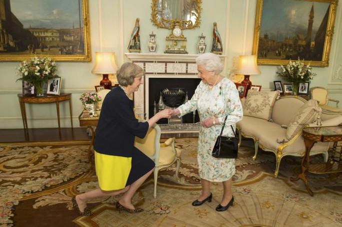 Bà May yết kiến nữ hoàng Anh. Ảnh: Reuters