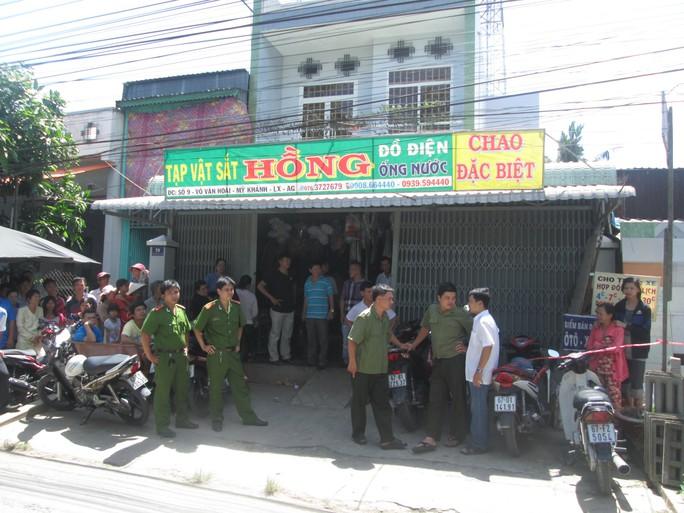 Lực lượng chức năng đang thực hiện các biện pháp nghiệp vụ để làm rõ nguyên nhân vụ thảm án tại cửa hàng vật liệu xây dựng do anh Bình làm chủ.