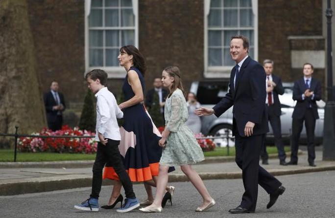 Gia đình ông Cameron trong ngày cuối còn ở văn phòng thủ tướng Anh. Ảnh: Reuters