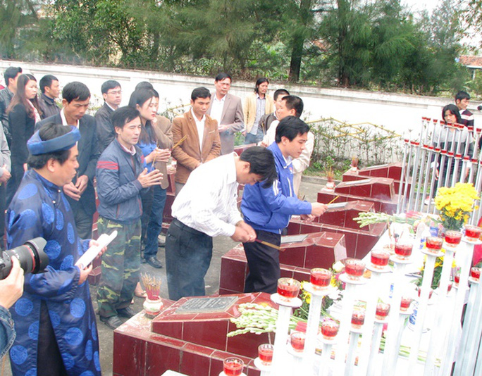 Dòng người lặng lẽ cúi chào, thắp hương tưởng nhớ, tri ân các liệt sỹ hy sinh trong trận Hải chiến Trường Sa năm 1988