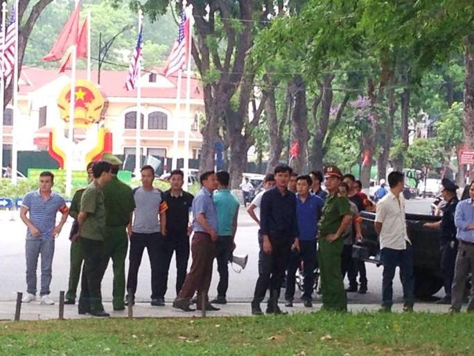 Lực lượng an ninh nhắc nhở người dân di chuyển