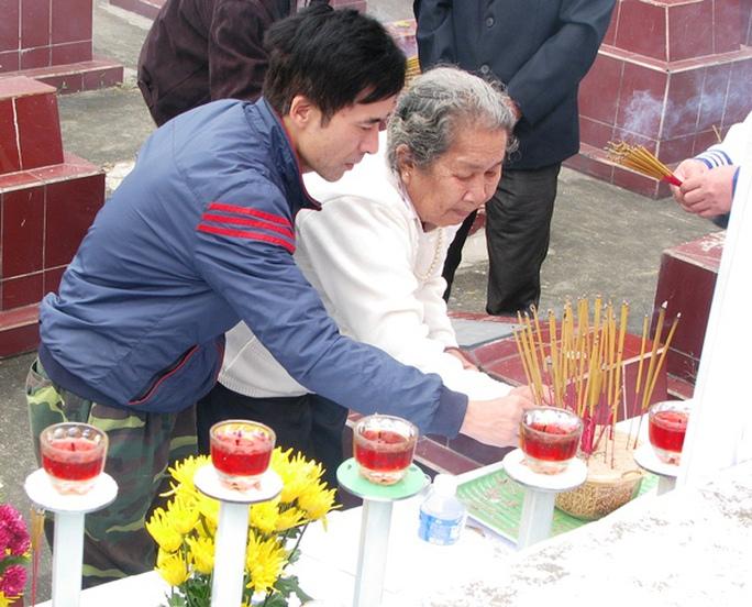 Cựu binh Lê Hữu Thảo cùng mẹ Hồ Thị Đức dâng hương tưởng nhớ các liệt sỹ