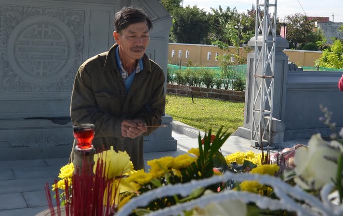 Ông Lê Ba kính cẩn thắp nén nhang tưởng nhớ ông Nguyễn Bá Thanh