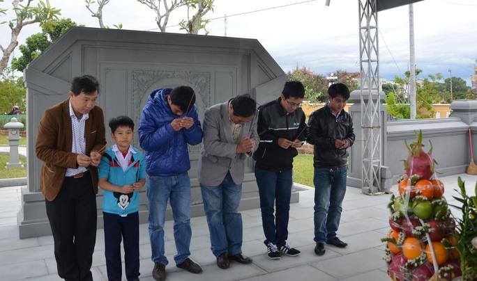 Tết đến cũng là thời điểm ông Thanh qua đời, người dân khắp nơi đổ về nghĩa trang xã Hòa Tiến để viếng mộ ông