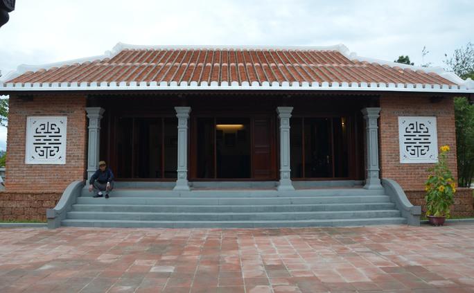 Nhà lưu niệm nằm bên cạnh mộ ông Thanh là nơi lưu giữ những kỷ vật về ông