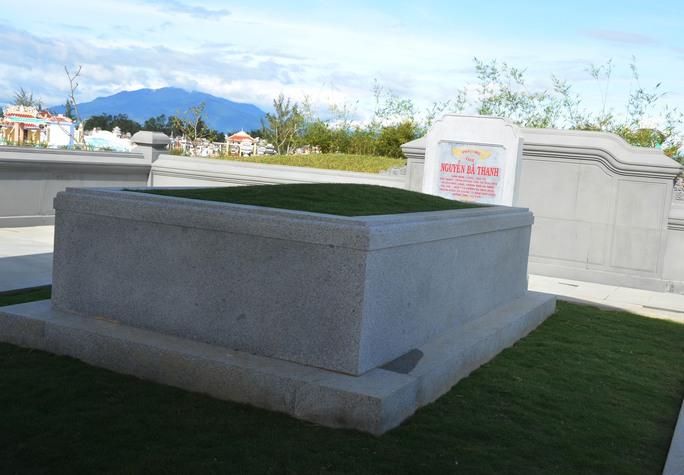 Phần mộ ông Nguyễn Bá Thanh được xây dựng giản dị trong khu nghĩa trang gia tộc họ Nguyễn Bá