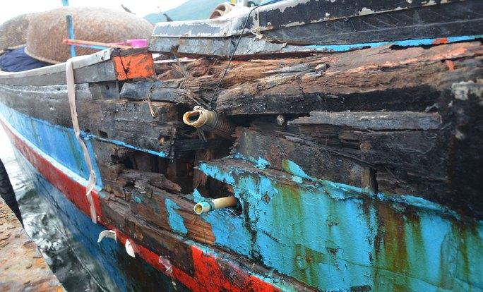 Lỗ thủng trên thân tàu