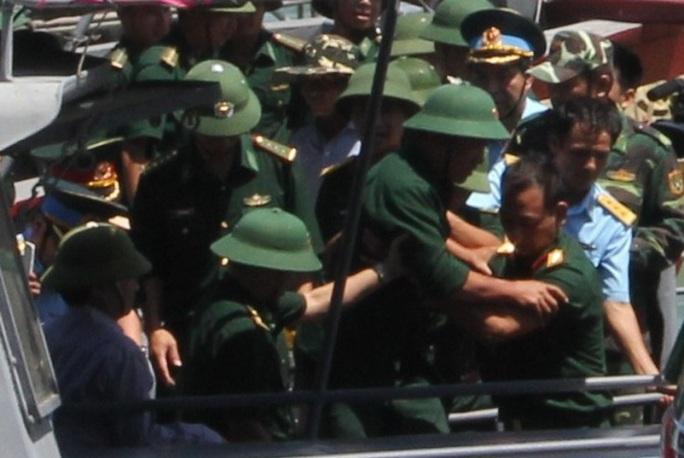 Thiếu tá Nguyễn Hữu Cường (người đội mũ cối, không đeo quân hàm)