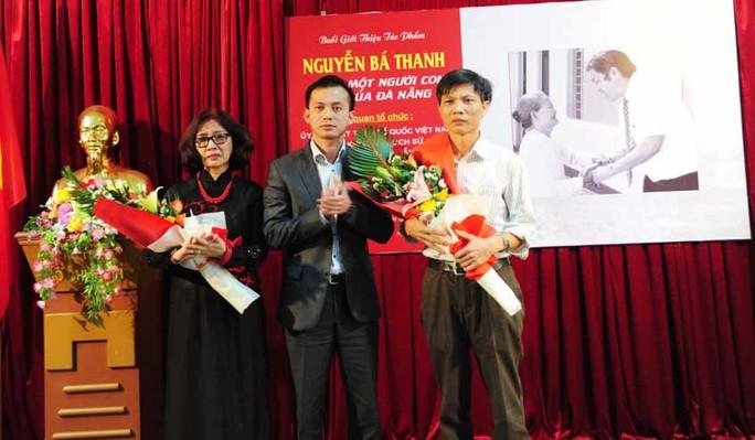 Ông Nguyễn Bá Cảnh (giữa) tặng hoa cho tác giả Kim Thành (bìa trái) tại lễ ra mắt sách
