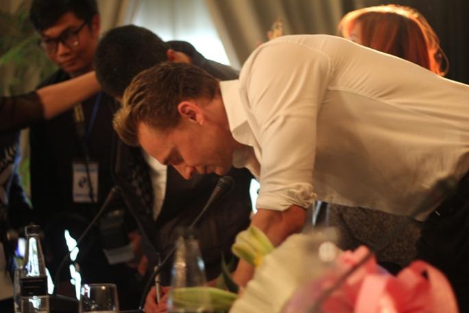 Tom Hiddleston ký tặng người hâm mộ tại họp báo