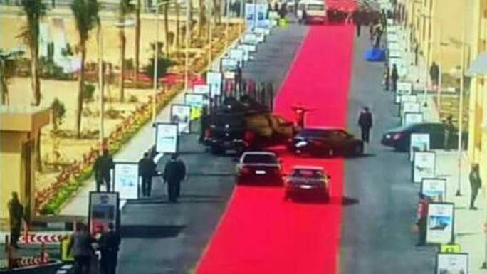 Thảm đỏ dài 4km lót đường cho đoàn xe của Tổng thống Ai Cập khiến ông bị chỉ trích. Ảnh: NPR
