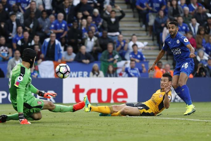 Pha cứu bóng của Petr Cech sau pha dứt điểm cận thành của Riyad Mahrez ở cuối trận hòa nhạt nhẽo